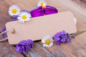Lavendel, Kerze und leeres Schild für eigenen Text